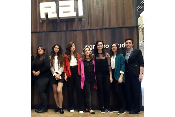 Le studentesse dietro le quinte negli studi RAI