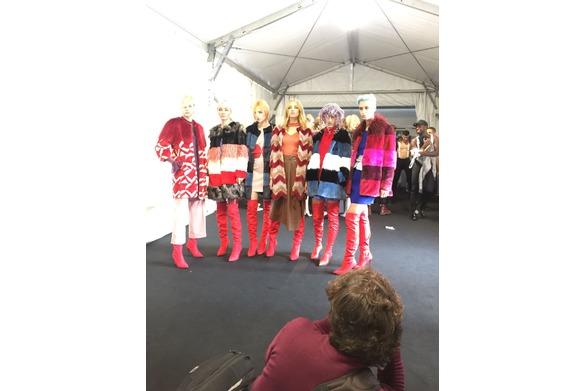 nel backstage le modelle pronte per sfilare