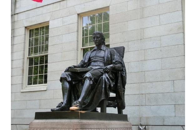 Zu sehen ist die John-Harvard-Statue in Cambridge.