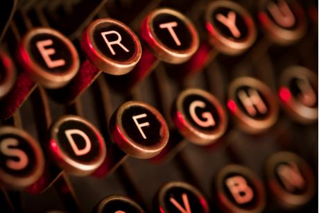 Zu sehen ist eine alte Schreibmaschinentastatur