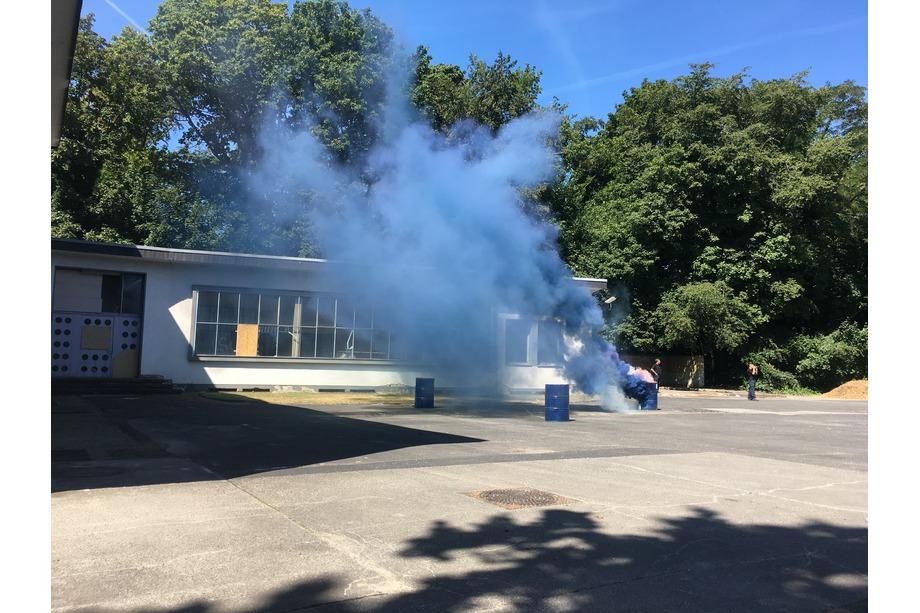 Chemieunfall blauer Rauch und Feuer