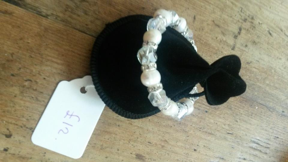 White pearl bracelet with plastic detail