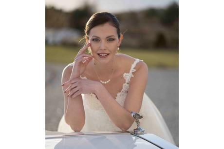 Braut über Limousine gebeugt
