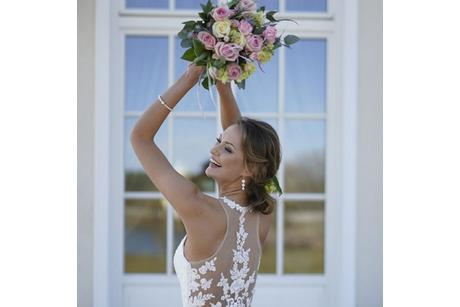 Braut wirft Blumenstrauss, Kleid Lohrengel