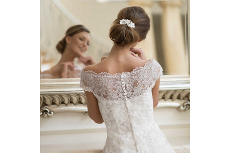 Brautfrisur mit Haarschmuck aus Leder