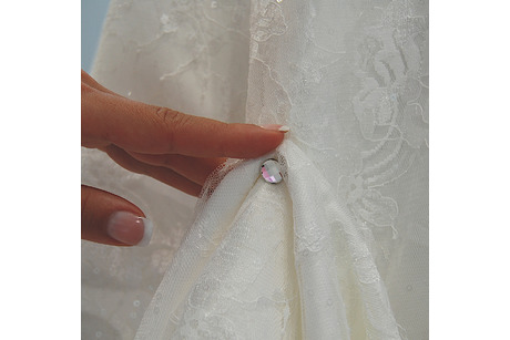 Dress-up mit Kristall im Hochzeitskleid