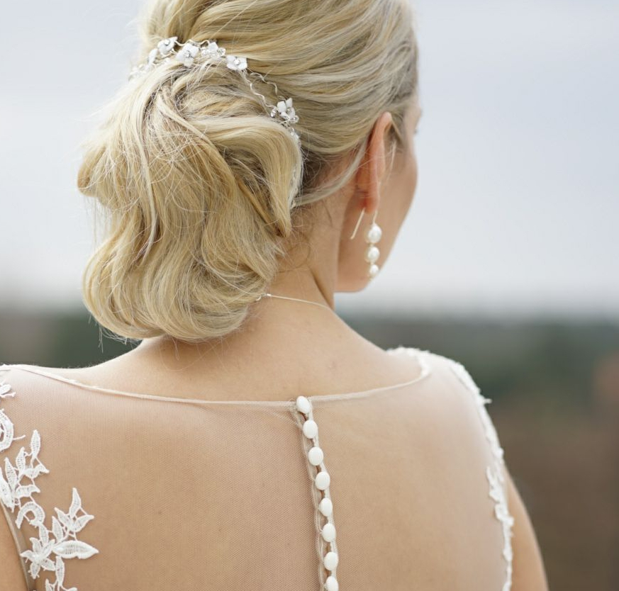 Brautkleid von hinten, Knopfleiste, Perlenohrring