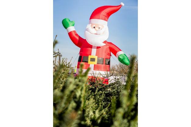 Großer aufblasbarer Nikolaus am Verkaufsplatz