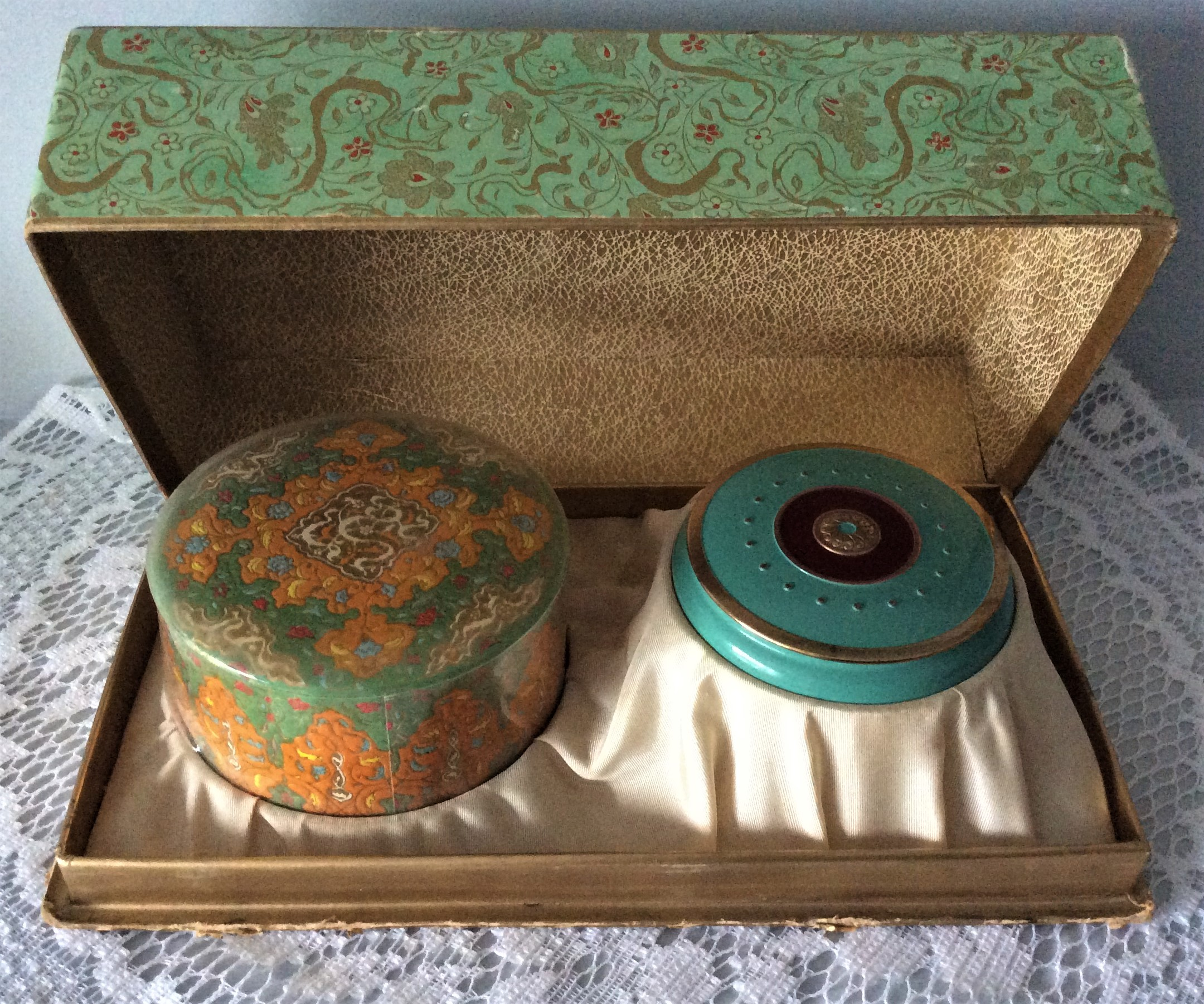 Rare Vintage c.40s COTY New York / Paris AIR SPUN Emeraude Soleil D'or Powder Box and Compact with sealed contents.