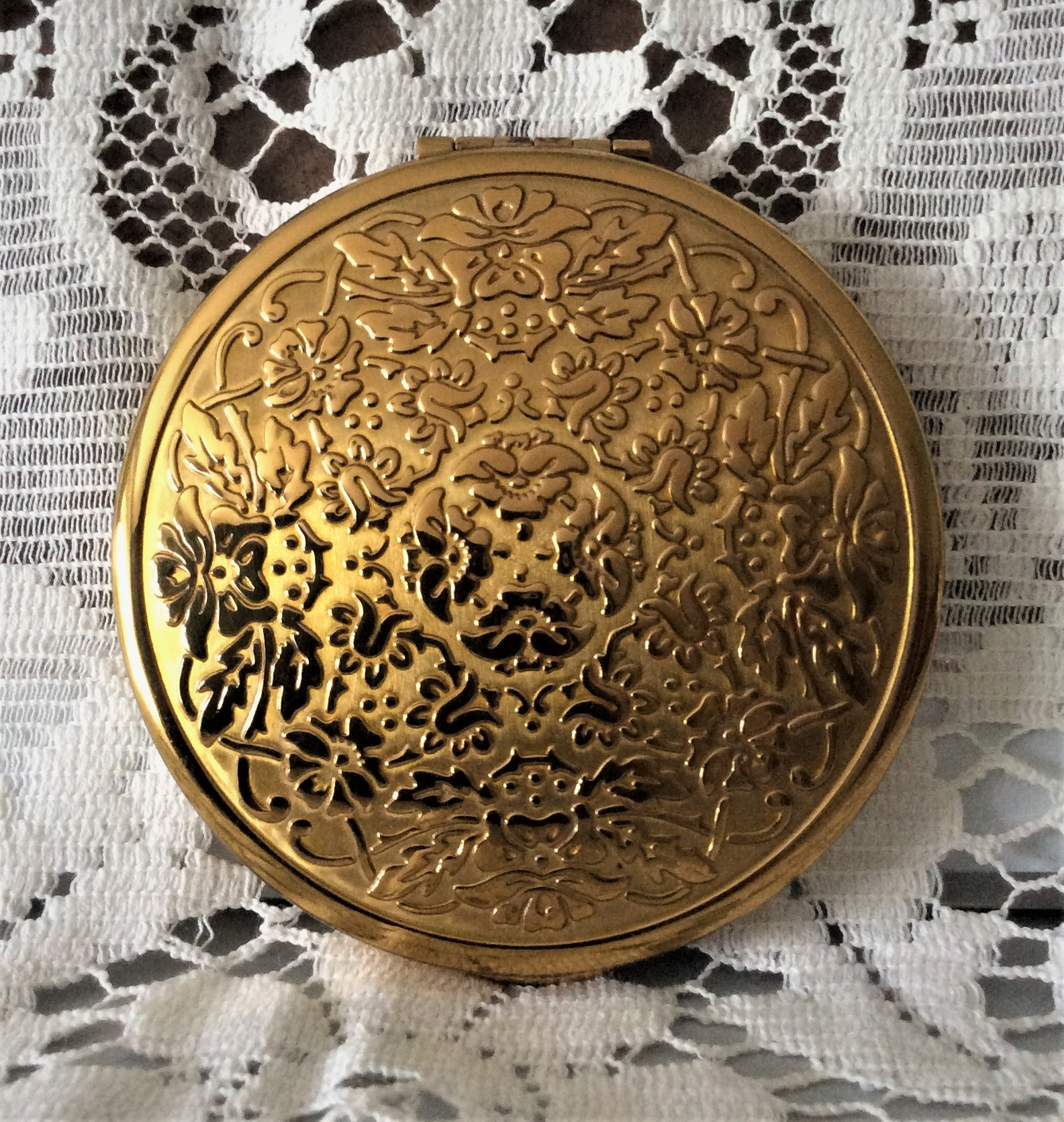 KIGU 50s Quality Embossed and Engine Turned Gold Tone Powder Compact