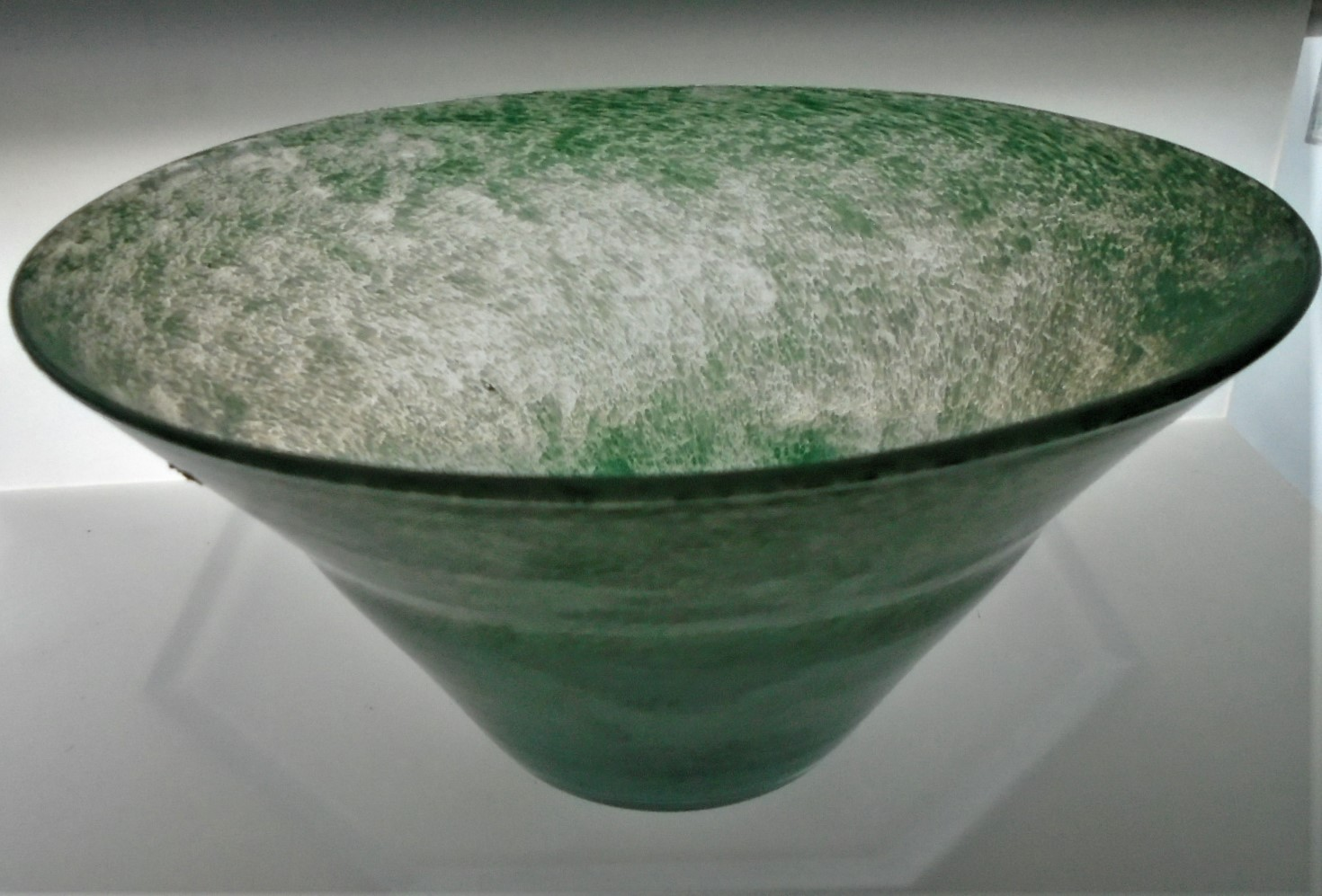 Offered for sale is what I believe to be a vintage 1940s Nazeing Bowl in the May Green cloud swirl pattern