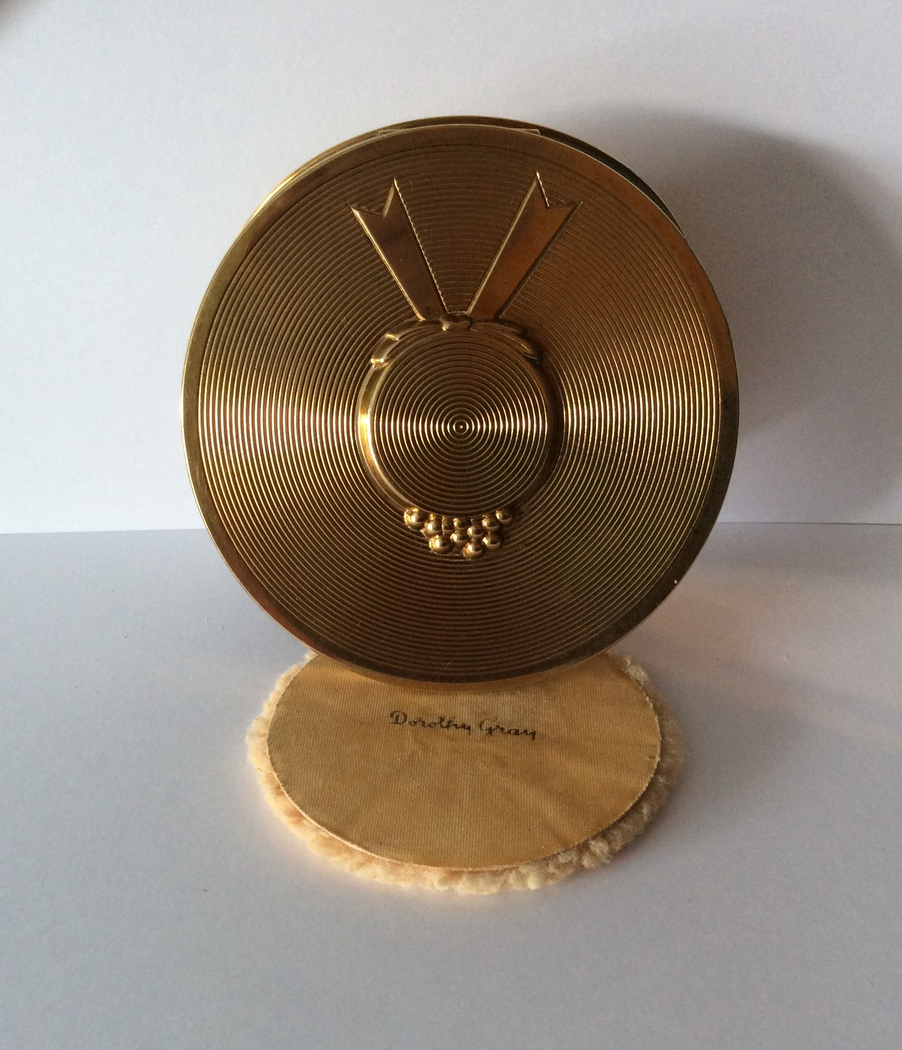 "Vintage 40s DOROTHY GRAY Goldtone ""Picture Hat,"" Loose Powder Compact Size: 8cm x 8.3cm"