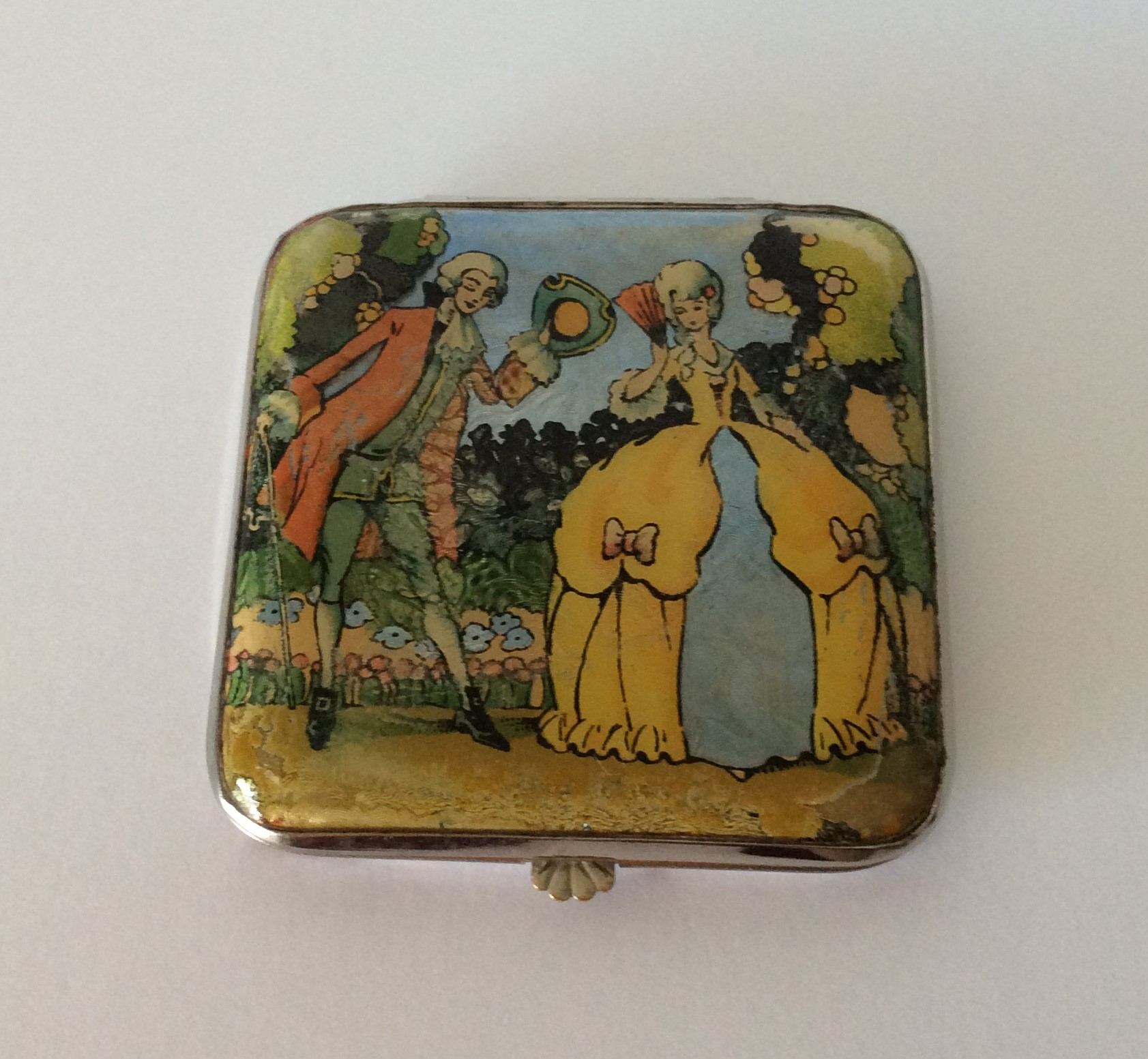 Charming Vintage Gwenda polished metal Loose Powder Compact detailed with Foil and Reverse Hand Painted Scene on Celluloid lid.                              Size 6cm x 5.8cm