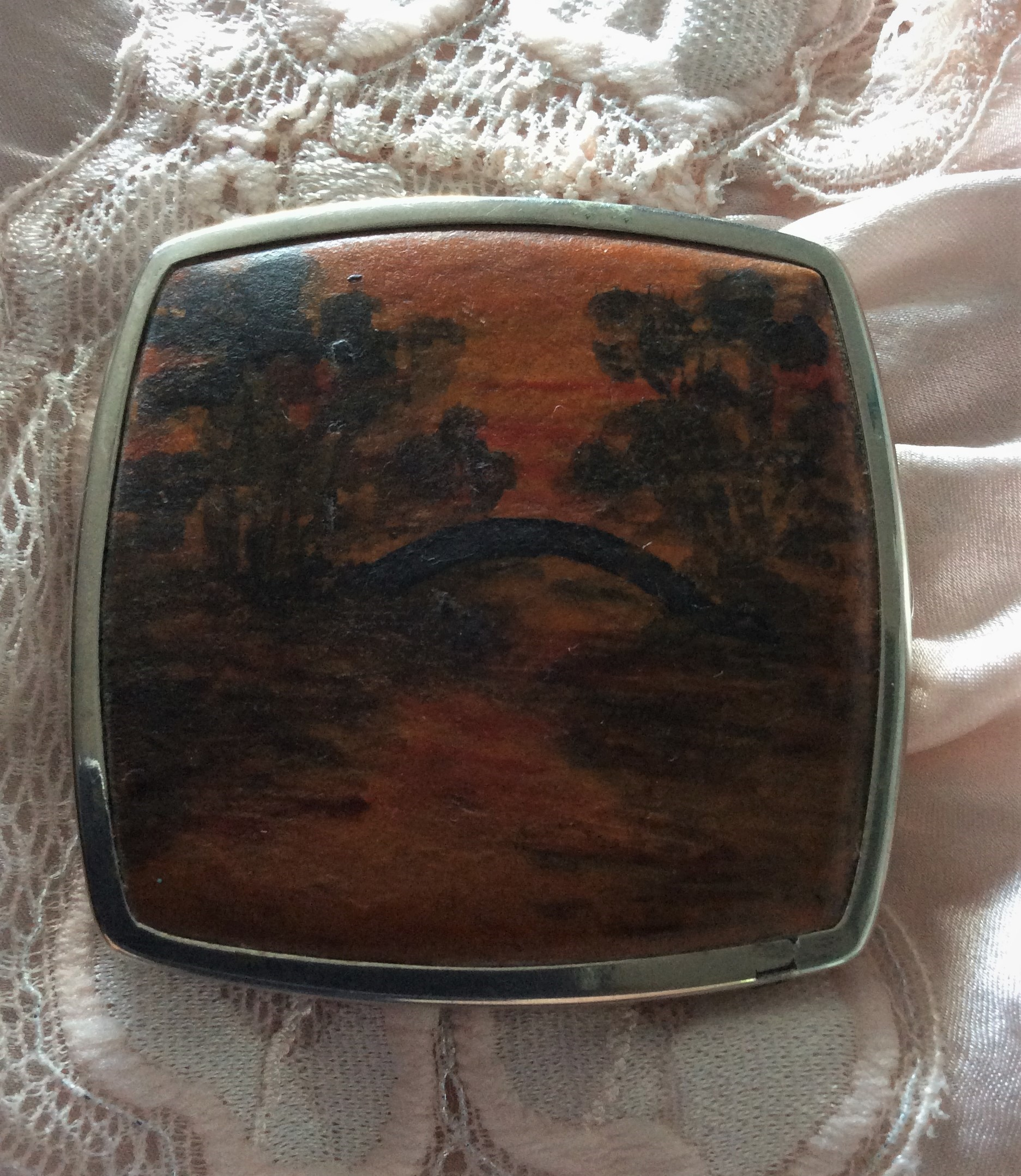 Rare 30s Vintage Stratton metal and hand painted leather Non-Spill Powder Compact Pat. 407785