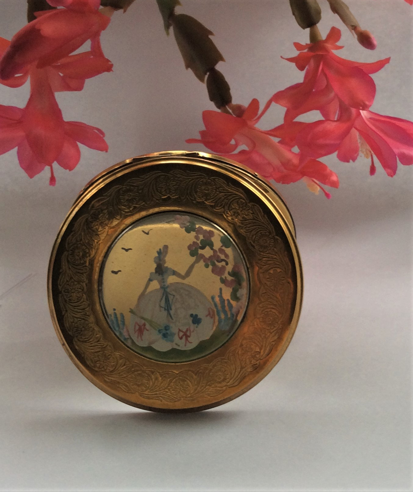 Very Pretty Vintage Mid Century Handpainted Goldtone Metal Powder Compact Size: 8.2cms in diameter