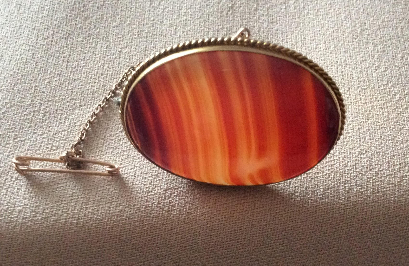 Victorian Stamped 9ct Gold Mounted Highly Polished Banded Oval Agate Brooch