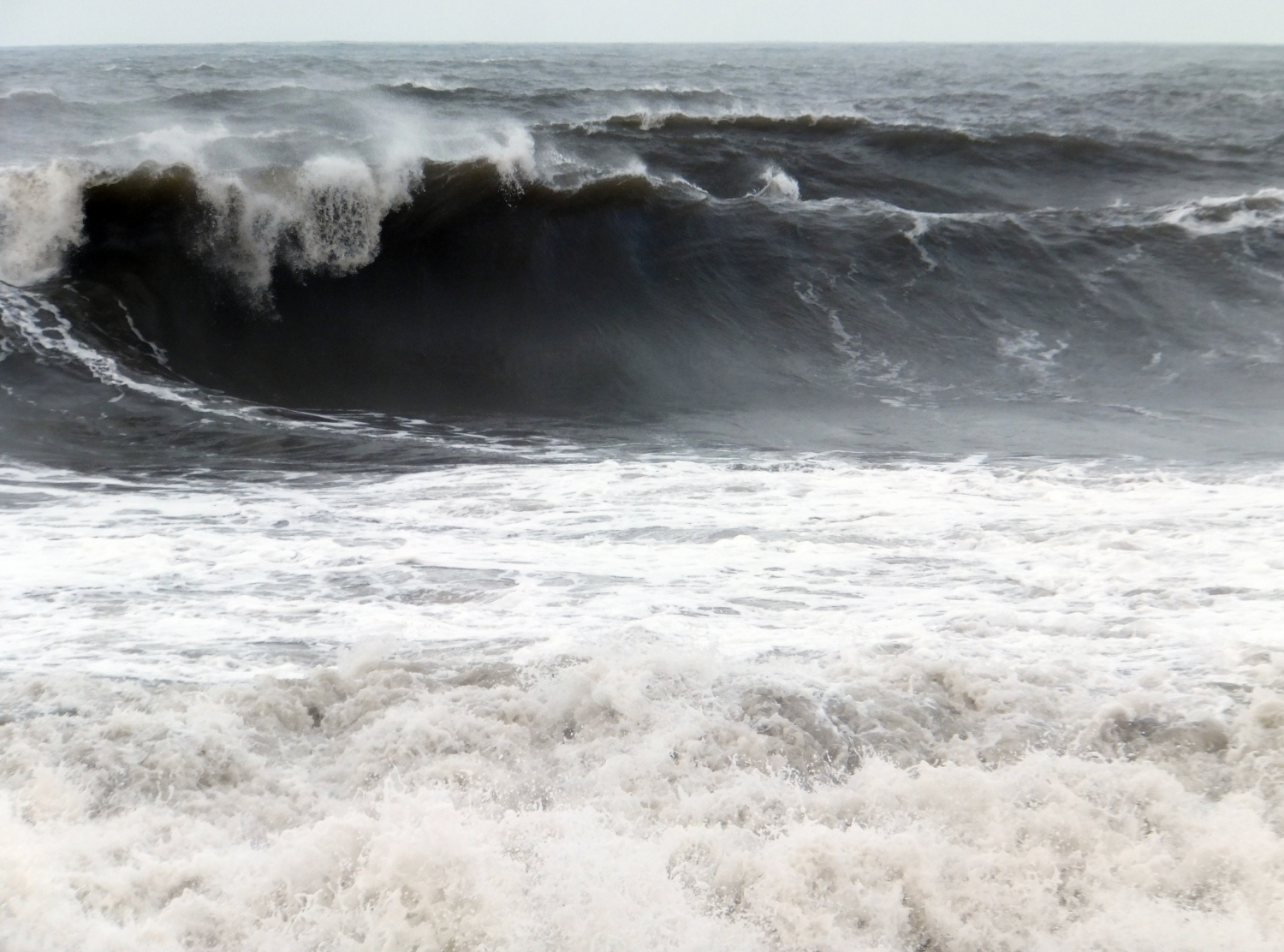 Photo of the sea with a large wave at North Berwic
