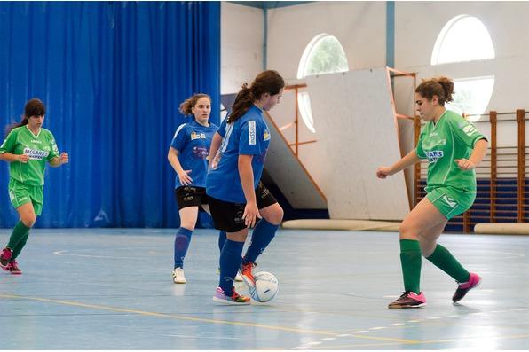 Marta Martínez controlando diante dunha rival