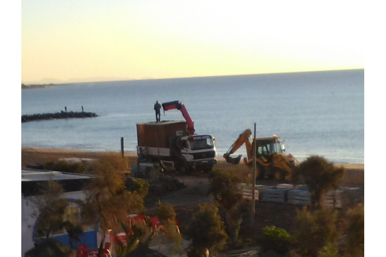 Photo_of_dismantling_beach_equipment