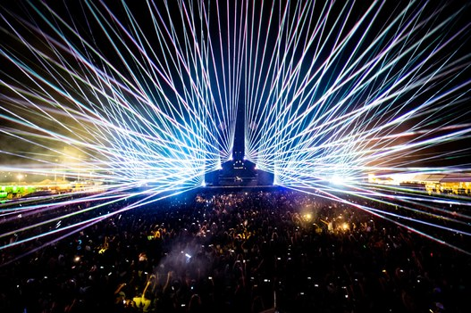 lazer_show_across_the_crowds_dancing_at_night