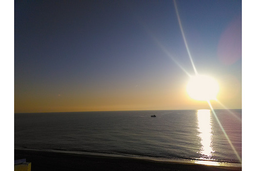 sun_shines_brightly_over_the_sea_in_the_morning