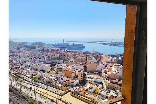 view_from_alcazaba_over_the_city_and_out_to_sea