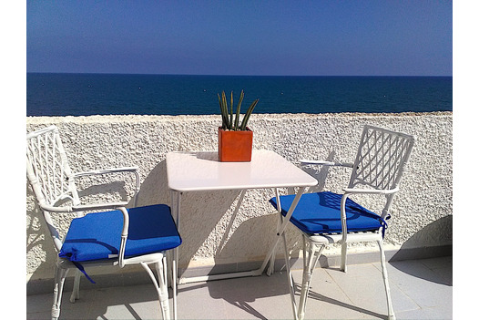 bistro_table_with_sea_beyond_blue_and_white_colour