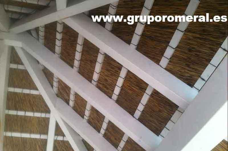 Pérgola de madera con junco africano