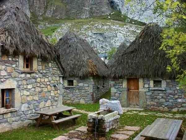 Casa de piedra y junco africano