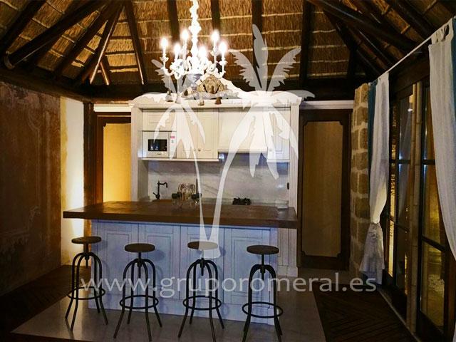 Pergola en junco africano decorada barra cocina