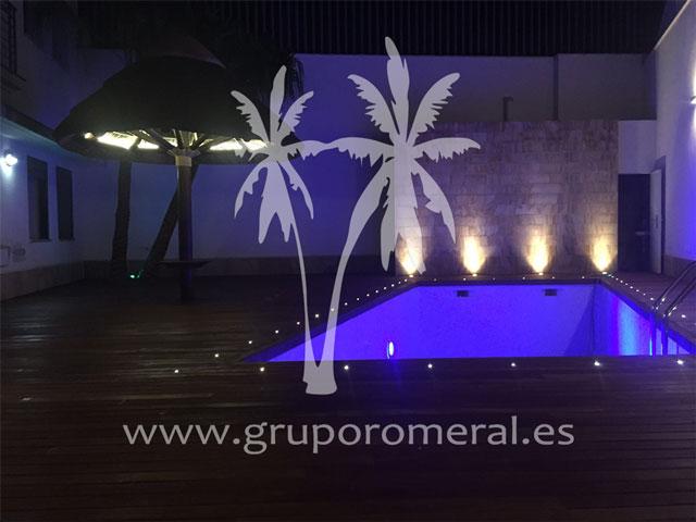 Construcción de piscina suelo de ipe y sombrilla