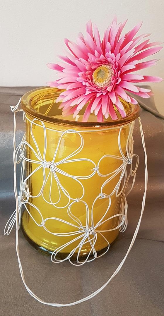 Glaskerze gelb mit Blumendraht