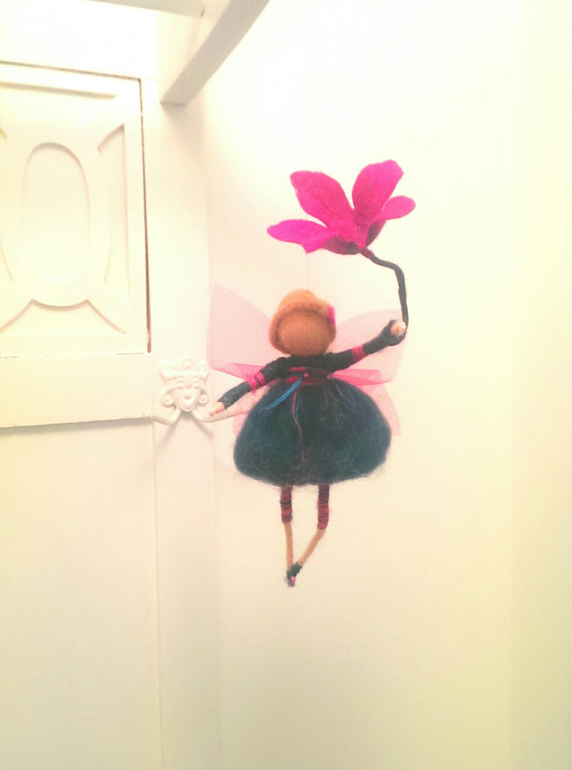 Elfe mit Magnolienzweig