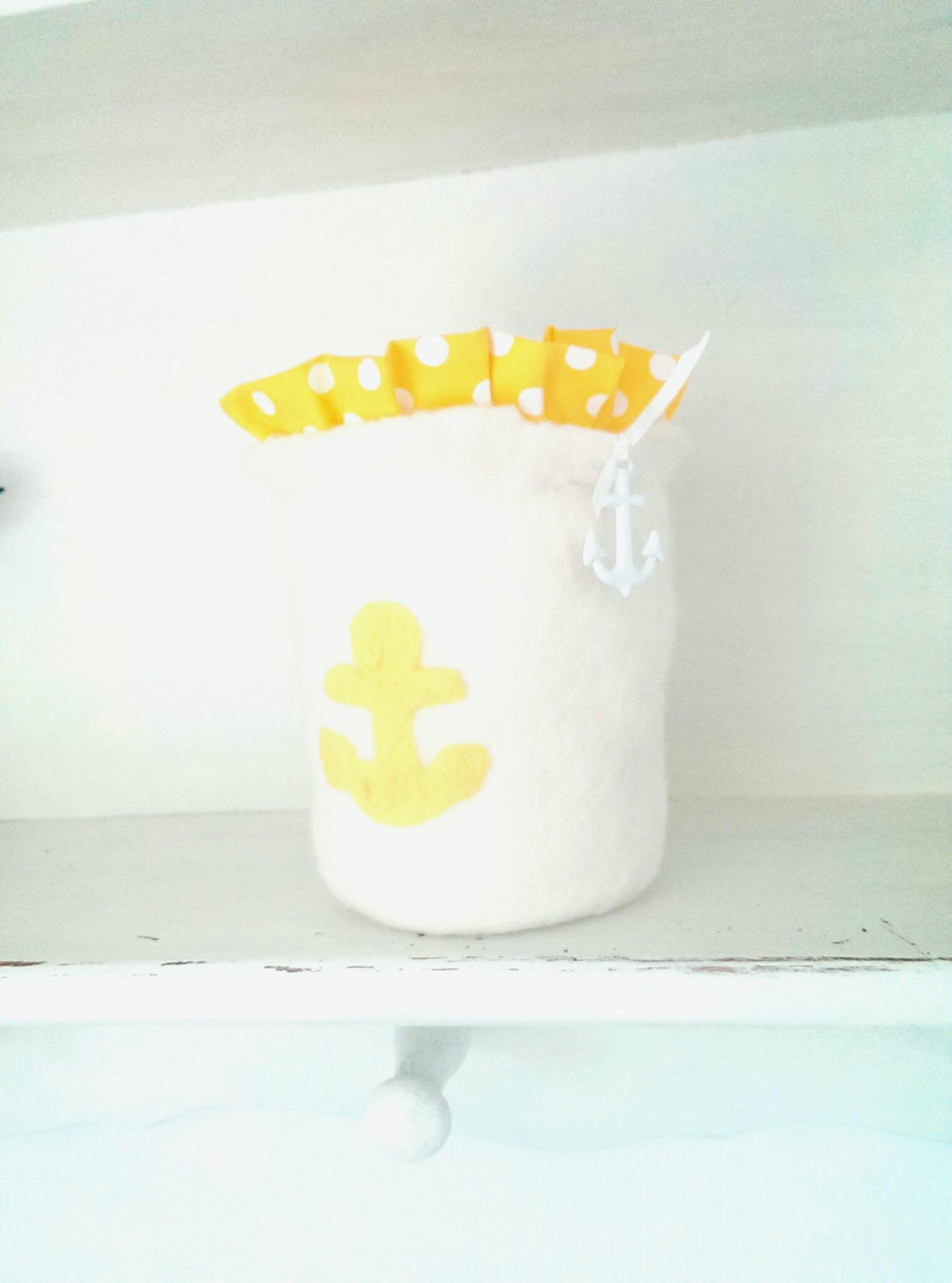 Weißes Windlicht mit gelbem Anker aus Metall