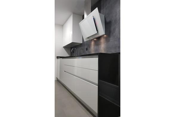cocina blanca granito negro