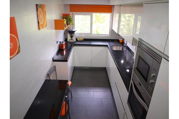cocina blanca y naranja