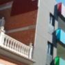 Tabique pluvial sobre fachada con grietas