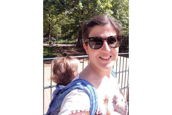 Baby tragen im Tierpark
