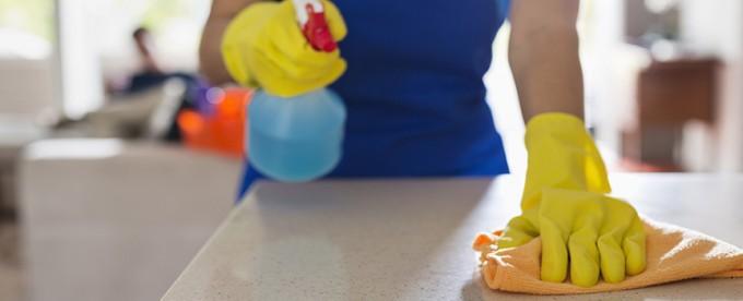 asistenta limpiando encimera