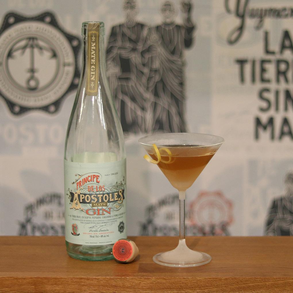 Apóstoles Gimlet in Martini-Glas mit Zitronenzeste