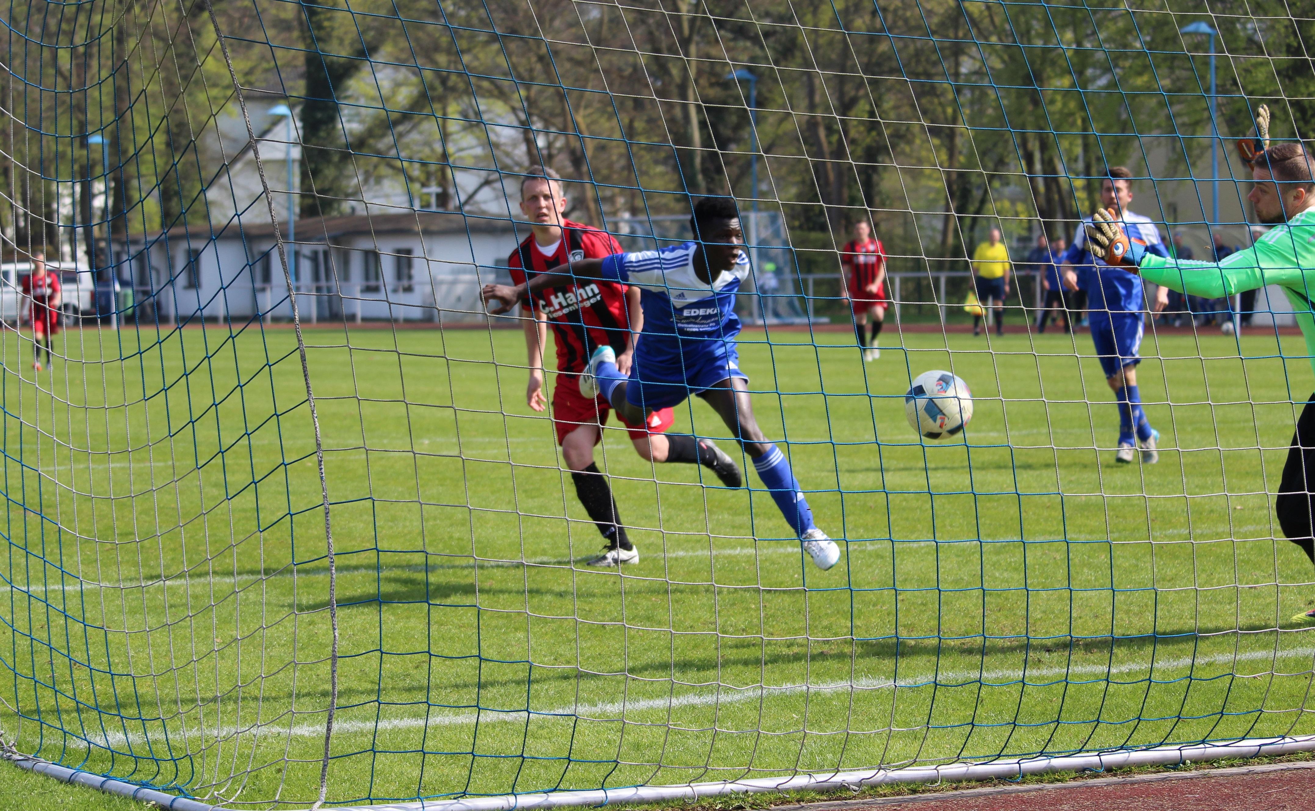 Bengali Mara köpft den Ball zum 1:0 ins Tor