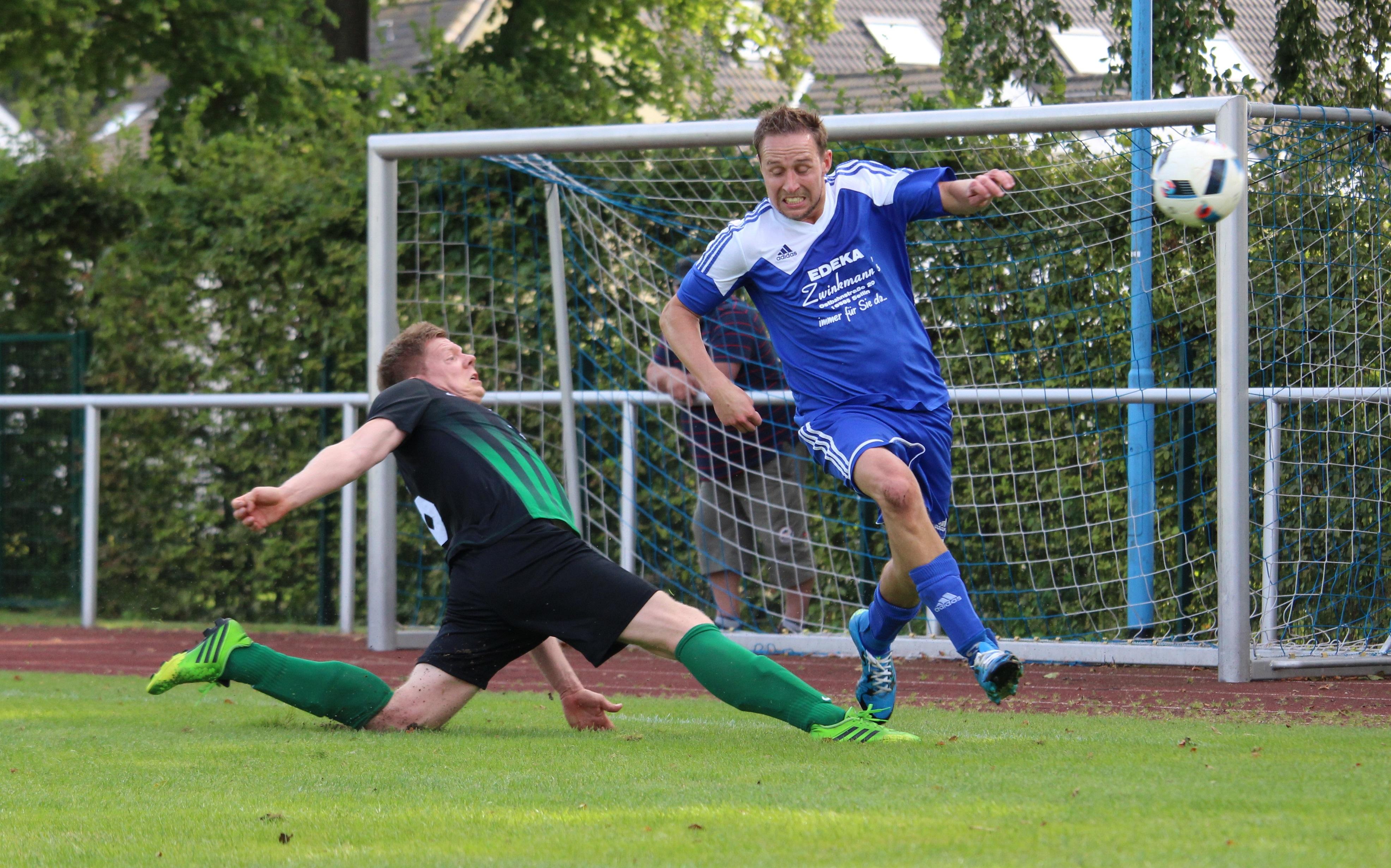 M. Gebhardt (r./Hinspielszene) erzielte das 2:0