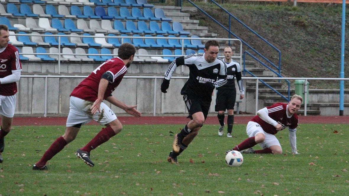 Marcel Gebhardt (m.) erzielte das 2:6