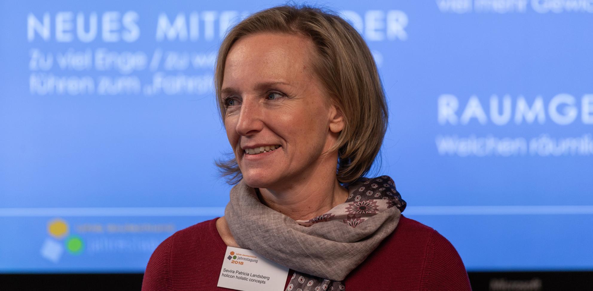 Sevira P. Landsberg beim Vortrag in Bern