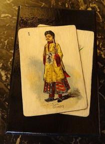 """Boîte imitation laque noire avec la carte à jouer """"le chinois"""" intérieur rouge"""