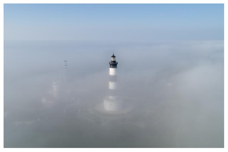 Le phare de chassiron dans la brume