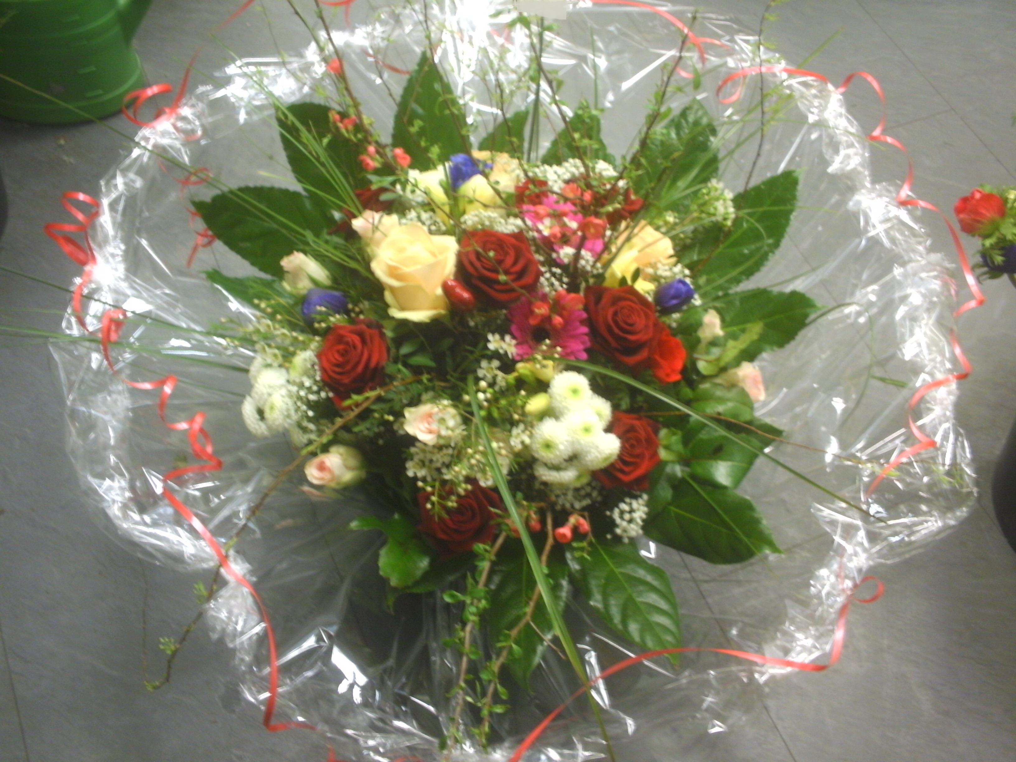 Sommerlicher gemischter Strauß mit Rosen